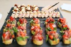 Przekąski od małych apetycznych kanapek z baleronem i strawberrie zdjęcia stock