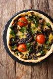 Przekąsza wyśmienicie pieczarkowego kulebiaka z serem, pietruszką i pomidorami, c obrazy stock