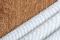 Przekątien linii wzór Błękita i bielu lampasa tekstury tła zakończenie up na tekowym drewnianym tle zdjęcie stock
