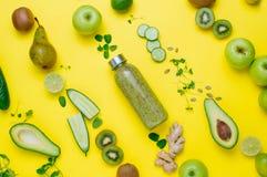 Przekątna wzór owoc, warzywa i microgreen z smoothie na żółtym tle zdjęcia royalty free