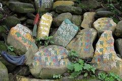 Przekład: Mantry Om Mani Padme brzęczenie malował na Mani kamieniach zdjęcia royalty free