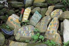 Przekład: Mantry Om Mani Padme brzęczenie malował na Mani kamieniach obrazy royalty free