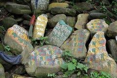 Przekład: Mantry Om Mani Padme brzęczenie malował na Mani kamieniach obrazy stock