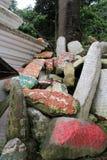 Przekład: Mantry Om Mani Padme brzęczenie malował na Mani kamieniach fotografia stock