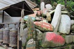 Przekład: Mantry Om Mani Padme brzęczenie malował na Mani kamieniach fotografia royalty free