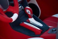 Przekładni dźwignia Samochodowi wnętrze szczegóły Biała czerwona skóra z zaszywaniem zdjęcie stock