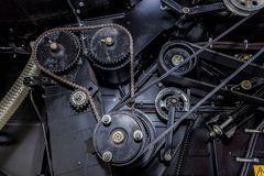 Przekładnie z łańcuszkową przejażdżką, pulleys z prowadnikowymi paskami Przemysłowy machinalny tło Zdjęcia Stock
