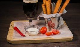 Przekąsza dla piwa w postaci krakers i kumberlandu dla one Obrazy Stock