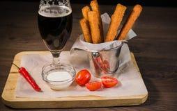 Przekąsza dla piwa w postaci krakers i kumberlandu dla one Zdjęcie Stock