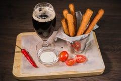 Przekąsza dla piwa w postaci krakers i kumberlandu dla one Zdjęcia Royalty Free
