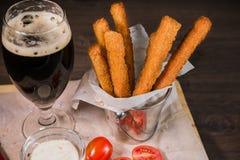 Przekąsza dla piwa w postaci krakers i kumberlandu dla one Obrazy Royalty Free