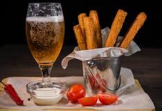 Przekąsza dla piwa w postaci krakers i kumberlandu dla one Zdjęcia Stock