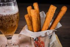 Przekąsza dla piwa w postaci krakers i kumberlandu dla one Obraz Royalty Free