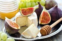Przekąsza z serem, miód, owoc, figi i winogrona, Fotografia Stock