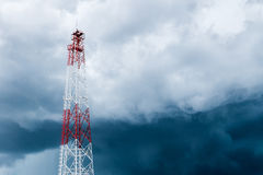 Przekazu wierza przeciw burz chmurom obraz stock