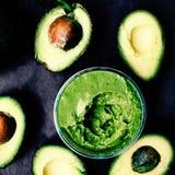 Przekrawający avocados Odgórny widok spread Makaron guacamole obrazy royalty free