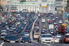 Przekrwawiający z samochód multilane drogą Zdjęcie Stock