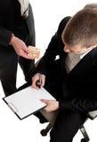 przekupywający zbliżenia kontrakta podpisywanie Zdjęcia Stock