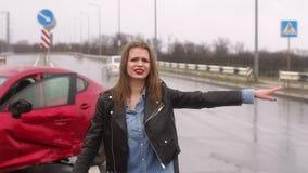 Przel?k?a dziewczyna po tym jak wypadek samochodowy na drodze pyta dla pomocy od przelotnych samochod?w zbiory wideo