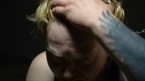 Przelękły blond jeniec próbuje łamać łańcuchy zbiory wideo