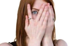 Przelękły dziewczyny zerkanie przez palców Obraz Stock