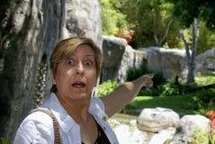 przelękły spojrzenie okaleczająca kobieta zdjęcie stock