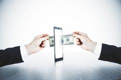 Przelew pieniędzy z mężczyzna rękami i cyfrowym pastylki pojęciem Zdjęcia Stock