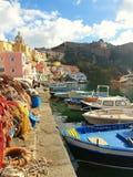 Przelotne spojrzenie colourful Procida port zdjęcia stock
