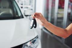 Przelotni samochodów klucze Cropped zbliżenie samochodowy handlowiec trzyma out samochodów klucze kamery copyspace przedstawiciel Fotografia Royalty Free