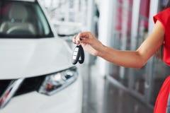Przelotni samochodów klucze Cropped zbliżenie samochodowy handlowiec trzyma out samochodów klucze kamery copyspace przedstawiciel Zdjęcie Stock