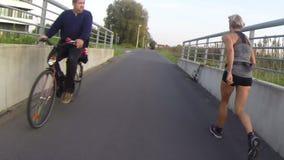 Przelotni sporters i rowerzyści zdjęcie wideo