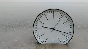 Przelotny czasu pojęcia tło, Duży bielu zegar na piaska morzu zbiory