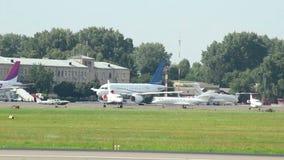 Przelotny samolot na ziemi przy miasta lotniskiem zdjęcie wideo