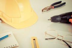 Przemysł budowy narzędzia na białym biurku Fotografia Stock