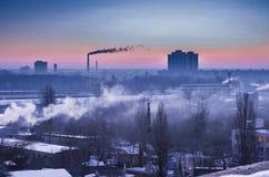Przemysł ciężki na horyzoncie Pracujące fabryki na wczesnym horyzoncie Początek praca dzień Zdjęcia Royalty Free