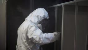 Przemysł ciężki - przemysłowy obraz klamerka Mężczyzna w ochronnym kostiumu maluje fabrykę zbiory