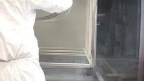Przemysł ciężki - przemysłowy obraz klamerka Malarz w ochronnym kostiumu masce w specjalnym pokoju i malował zbiory wideo