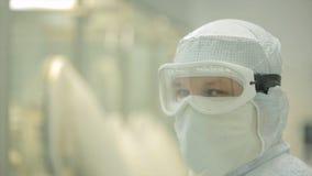 Przemysł Farmaceutyczny Męski pracownik fabryczny sprawdza ilość pigułki pakuje w farmaceutycznej fabryce automatycznie Fotografia Stock