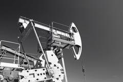 Przemysł paliwowy i przemysł gazowy Praca nafcianej pompy dźwigarka na polu naftowym fotografia stock