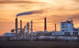 Przemysł Paliwowy sylwetka, Petrechemical roślina - rafineria zdjęcie royalty free