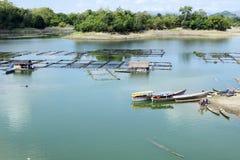 Przemysł wytwarzać Turystyczne łodzie na Magat Ogroblają jezioro zdjęcia royalty free