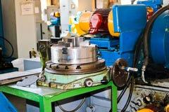 Przemysłowa żelazna tokarka dla ciąć, obracać sztabki od metali, drewna i innych materiałów, kręcenie, fabrykować szczegóły zdjęcie royalty free