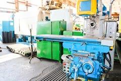Przemysłowa żelazna tokarka dla ciąć, obracać sztabki od metali, drewna i innych materiałów, kręcenie, fabrykować szczegóły fotografia royalty free