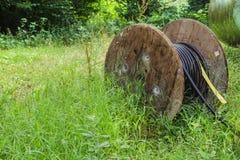 Przemysłowa kablowa rolka na łące Obrazy Stock