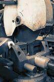 Przemysłowa kurenda zobaczył maszynę w fabrycznym warsztacie obraz stock
