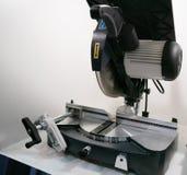 Przemysłowa kurenda zobaczył na stole dla woodworking lub domowych DIY rzemiosła projektów zdjęcie royalty free