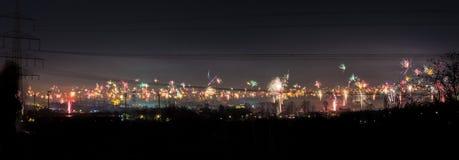 Przemysłowa linia horyzontu Bochum, Niemcy nowy rok wigilia przy północą Zdjęcia Royalty Free