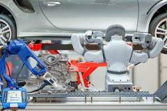 Przemysłowa mechaniczna praca zespołowa pracuje z auto częściami dla utrzymuje samochód obraz stock