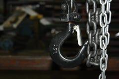 Przemysłowa metalu łańcuszkowego połączenia zapadka i haczyka obwieszenie Fotografia Royalty Free