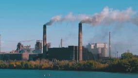 Przemysłowa, metalurgiczna roślina w mieście pracuje przy pełnią władzy, Dym od drymb zbiory wideo